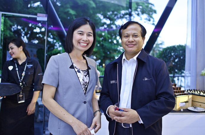 (L to R) Wilailuk Sangsukeelux, Senior Corporate Account Manager at Wall Street English Thailand chats with Phitsanu Thepthong, business development manager at Pattaya Mail.