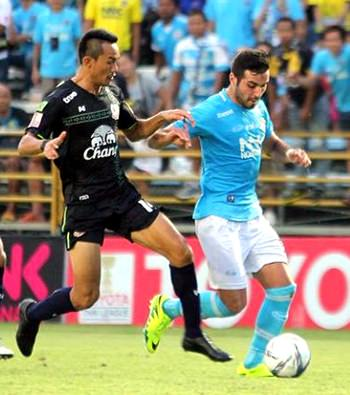 Pattaya's Lebanese forward Soony Saad (right) takes on the Suphanburi defence during their Thai Premier League fixture at the Nongprue Stadium in Pattaya, Saturday, July 2. (Photo/Pattaya United FC)