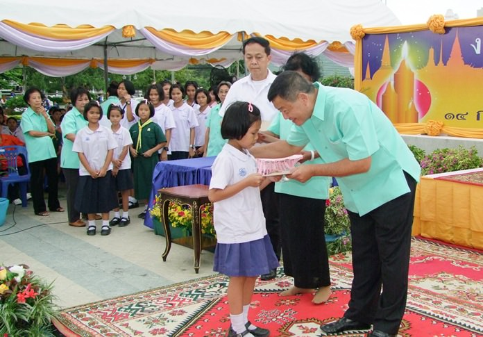 The Chonburi Provincial Administration Organization used the occasion to award 220,500 baht in scholarships to 150 needy students.