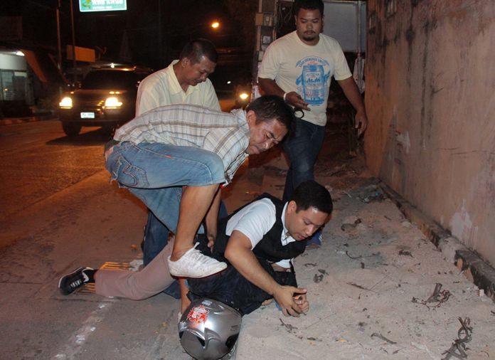 "Police take down Siripol ""Kay Sattahip"" Suti (wearing helmet) for possession of illicit drugs."