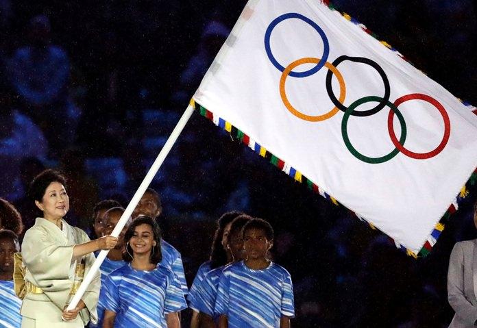 Tokyo governor Yuriko Koike waves the Olympic flag during the closing ceremony in the Maracana in Rio de Janeiro. (AP Photo/Matt Dunham)