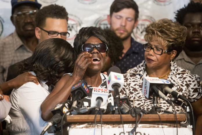 Pamela Benge, center, spoke of her son, Alfred Olango, at a press conference on Thursday Sept. 29 (AP Photo/Don Boomer)