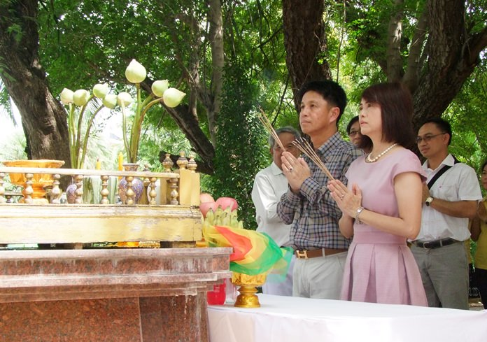 Chonburi Governor Pakarathon Tienchai and his wife Supaporn paid their respects at various shrines to begin their term in the province.