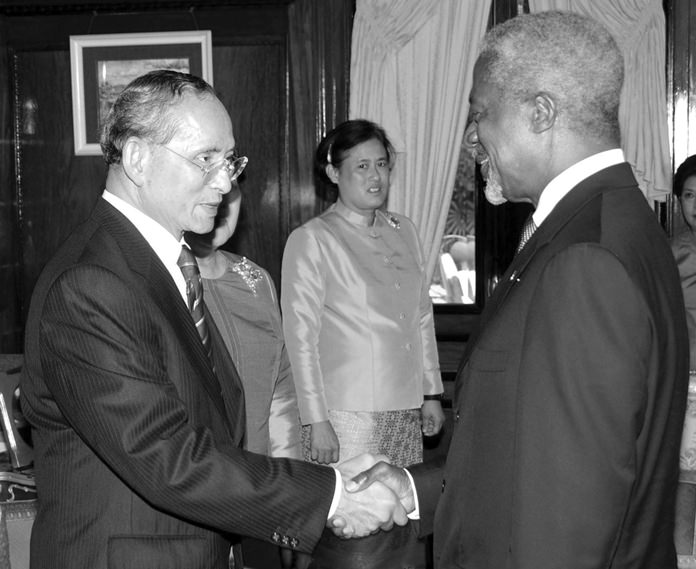 HM King Bhumibol Adulyadej shakes hands with the United Nations Secretary General Kofi Annan at Klai Kangwol Palace in Prachuab Khiri Khan province, May 26, 2006. Annan presented a human development lifetime achievement award to His Majesty as the country celebrated the 60th anniversary of His accession to the throne. Looking on is HRH Princess Maha Chakri Sirindhorn.