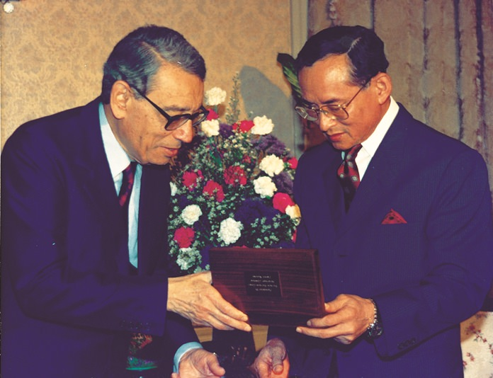 H.E. Boutros Boutros-Ghali presents a gift to H.M. the King, Chitralada Palace, 10 Apri 1993