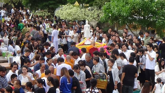 Thousands of worshipers made a pilgrimage to Wat Nongyai to observe Auk Pansaa and Tak Bat Devo.
