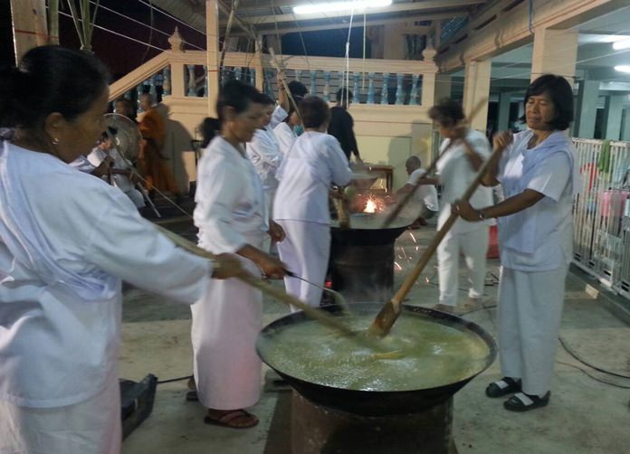 Expert cooks create tip rice at Wat Khao Phothong in Nongprue for the occasion.