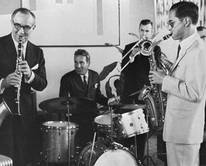 Thailand's King Bhumibol Adulyadej (right) plays the saxophone during a jam session with legendary jazz clarinetist Benny Goodman (left), drummer Gene Krupa (second left), and trombonist Urbie Green in New York, July 5, 1960. (Bureau of the Royal Household via AP)