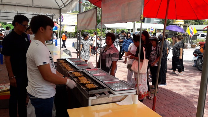 """Nongprue vendors offered free food and drinks at Nong-Or Temple's """"kathin"""" festival to honor both monks and HM the late King."""