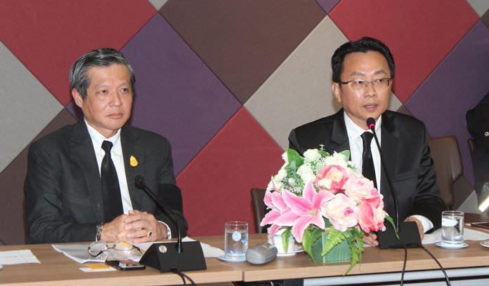 Acting Mayor Chanatpong Sriviset and Sinchai Wattanasartsathorn, president of the PBTA, announce details of the upcoming 76 Million Hearts Mourn His Majesty King Bhumibol Adulyadej.