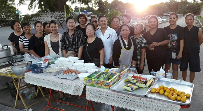 """Sujin Rattanapreechawit, president of the Aerobics Club of Keha Thepprasit, joined 20 neighbors in collecting funds to purchase the raw materials and vegetables necessary to cook up meals in an effort to """"Do good for Dad""""."""