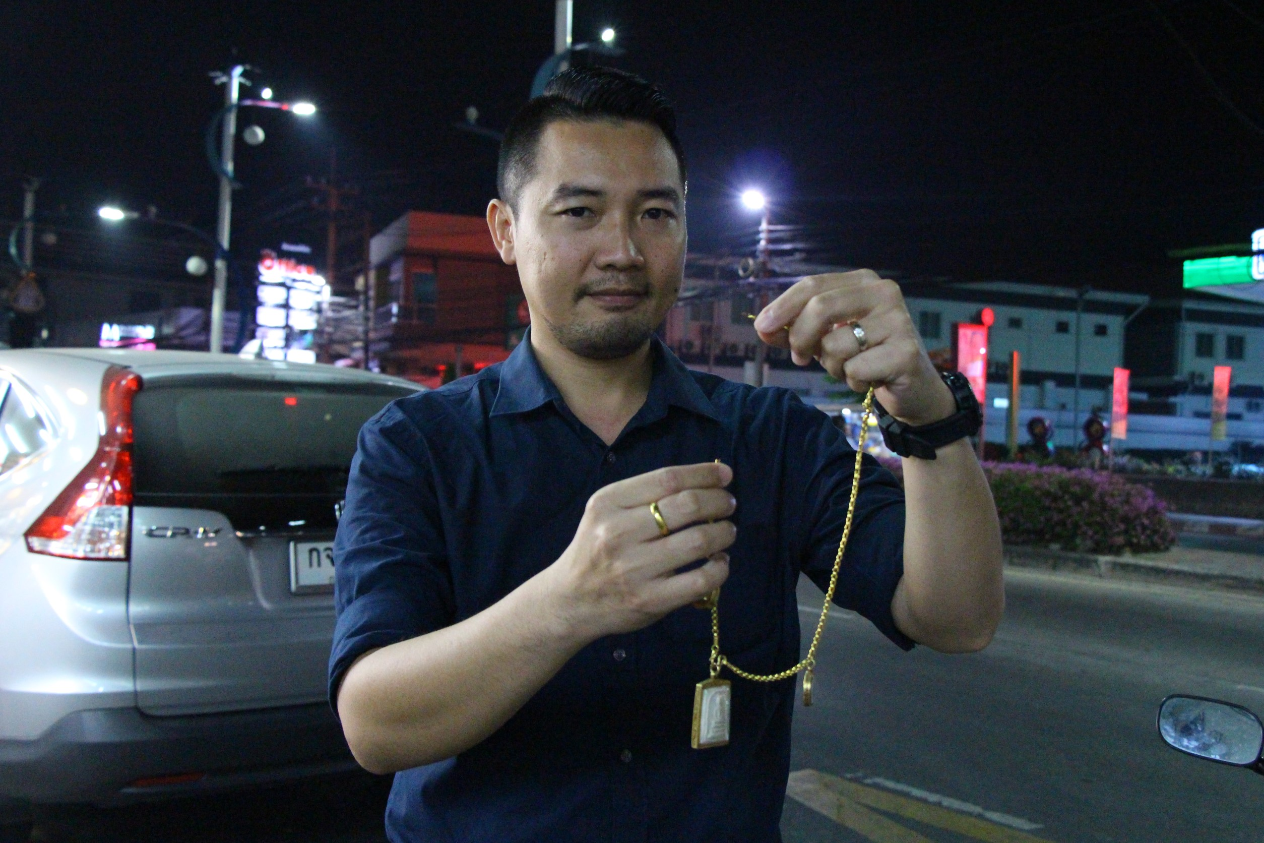 Komkrit Uthaiwat lost part of his big gold necklace to a ride by jewelry snatcher.