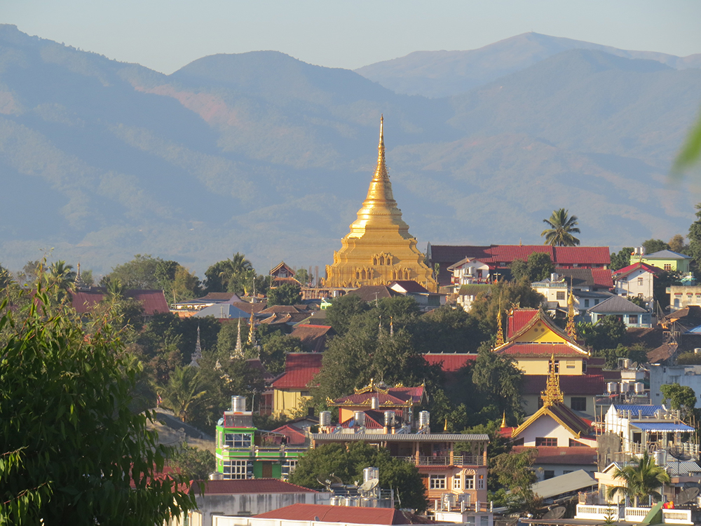The gold pagoda of Wat Jom Kai dominates the skyline in this small town, built in the 13th century the temple is in the Shan style.