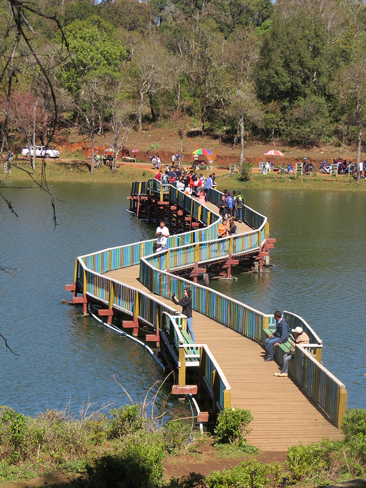 The scenic bridge across the Loi Mwe Lake is filled with local visitors enjoying the fresh air and cool breezes and of course, is the most popular spot for the ubiquitous selfie.