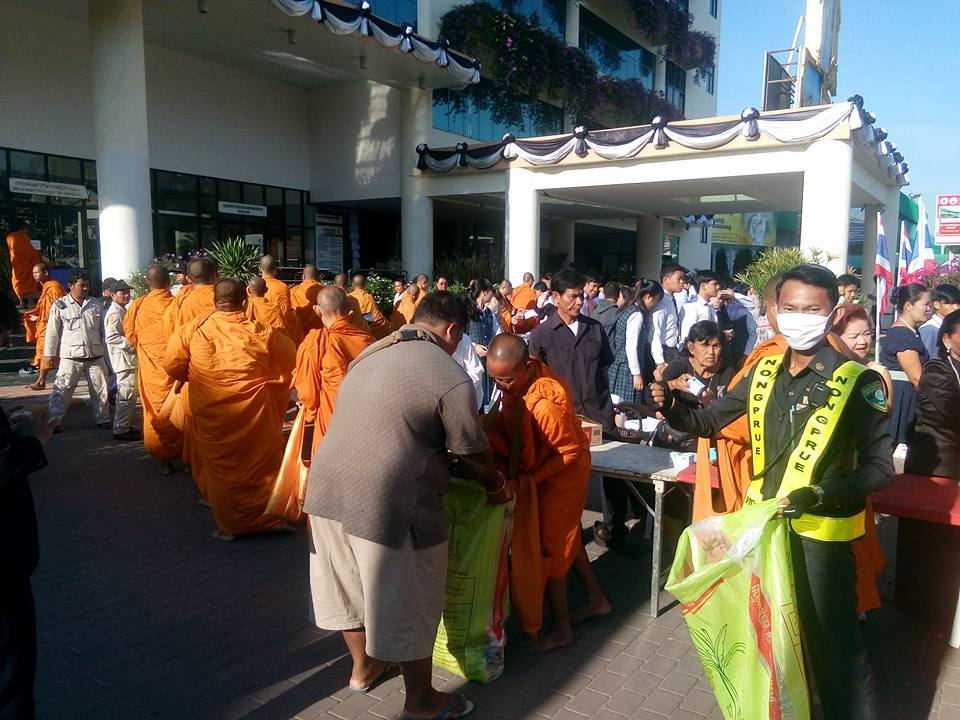 Monks from Sutthawat Temple accepted alms from hundreds of people at Nongprue's sub-district office.