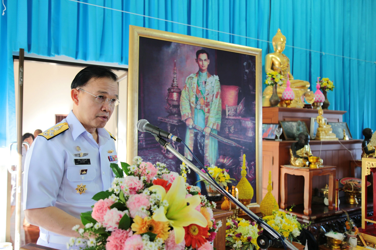 Adm. Sucheep Whoungmaitree, commander of the Royal Thai Fleet, chaired the head-shaving ceremony for 145 sailors being ordained as monks.