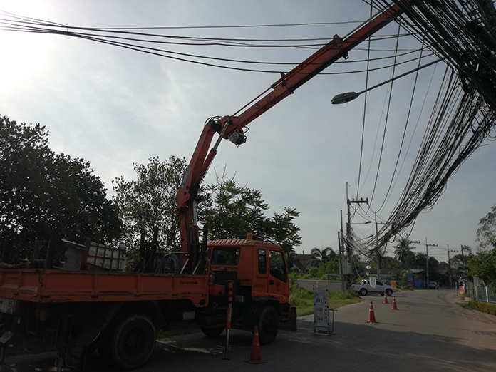 A tall piece of heavy machinery travelling through Pattaya plunged Soi Mabtato 2 into darkness when it snagged power lines and pulled down an electric pole.