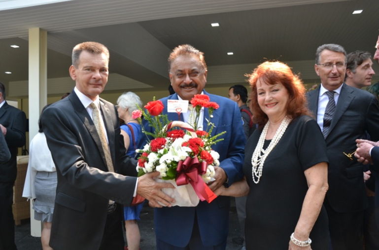 Peter Malhotra and Elfi Seitz present flowers in the name of Pattaya Mail Media Group to Rudolf Hofer.