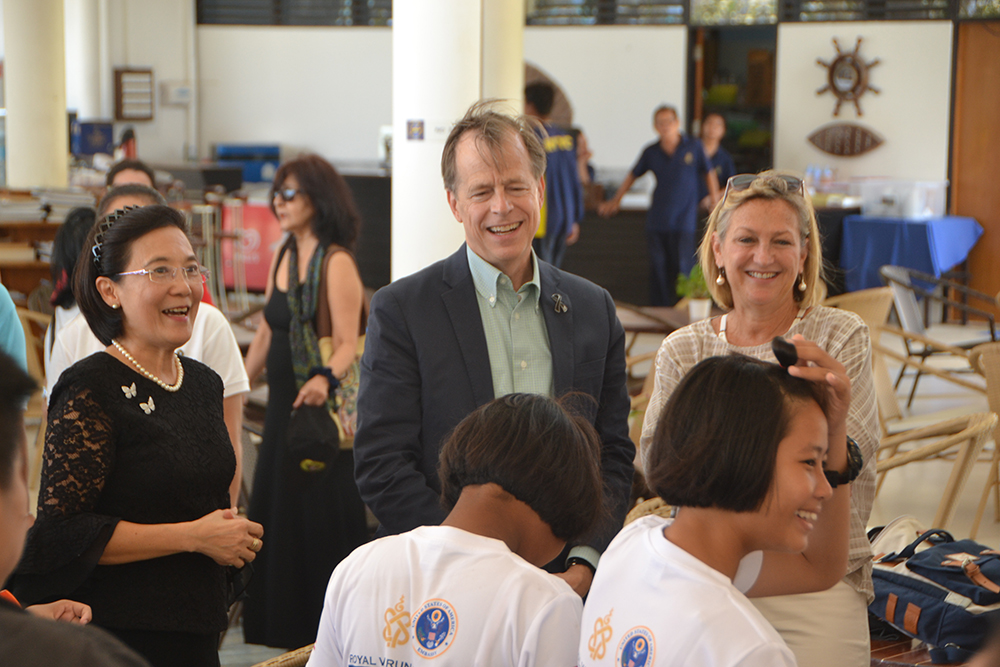 Radchada Chomjinda (left), Intercountry Adoption Representative and Executive of HHN Foundation and Child Protection and Development Center, took children to welcome the US Ambassador to Thailand, Glyn T. Davies and his wife Jackie.