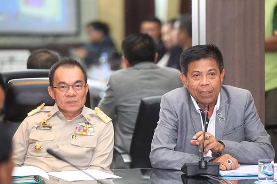 City spokesman Pinit Maneerat (right) and city manager Wuthipol Charoenpol (left) chair a meeting to try for the first time to change the style of Pattaya's Songkran Festival to retro Thai culture.
