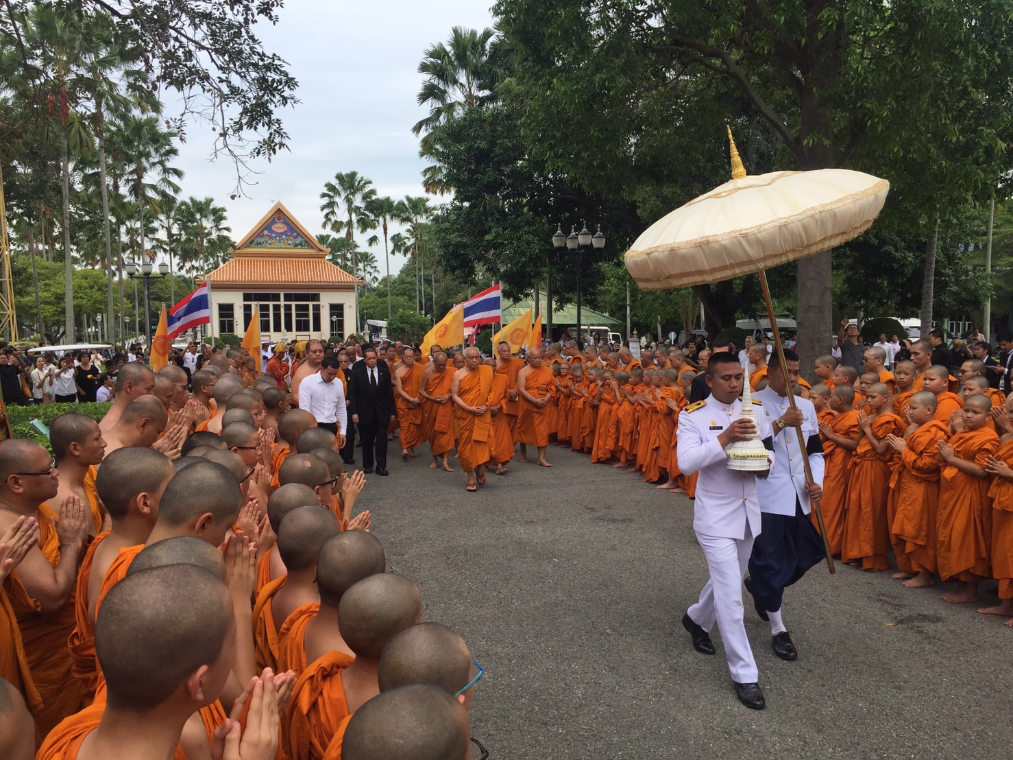 The relics of the late Supreme Patriarch are brought into Pattaya's Yanasangwararam Temple.