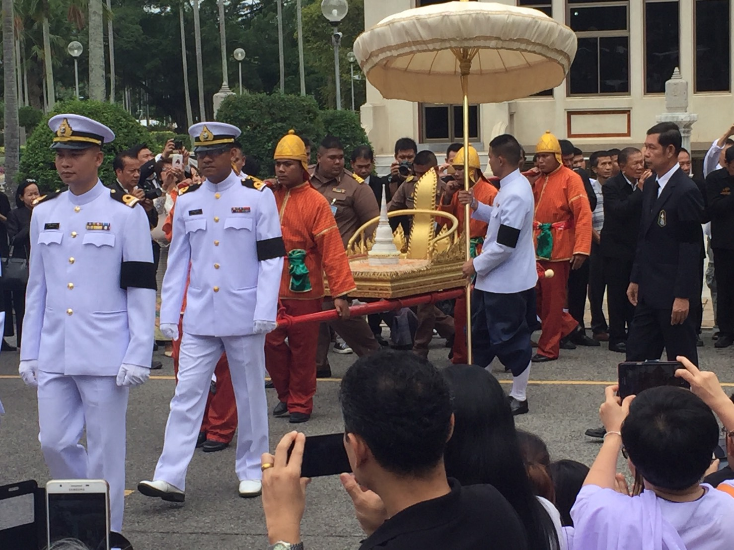 The relics of the late Supreme Patriarch Somdet Phra Nyanasamvara Suvaddhana Mahathera are brought in to be placed in the temple's marble pavilion.