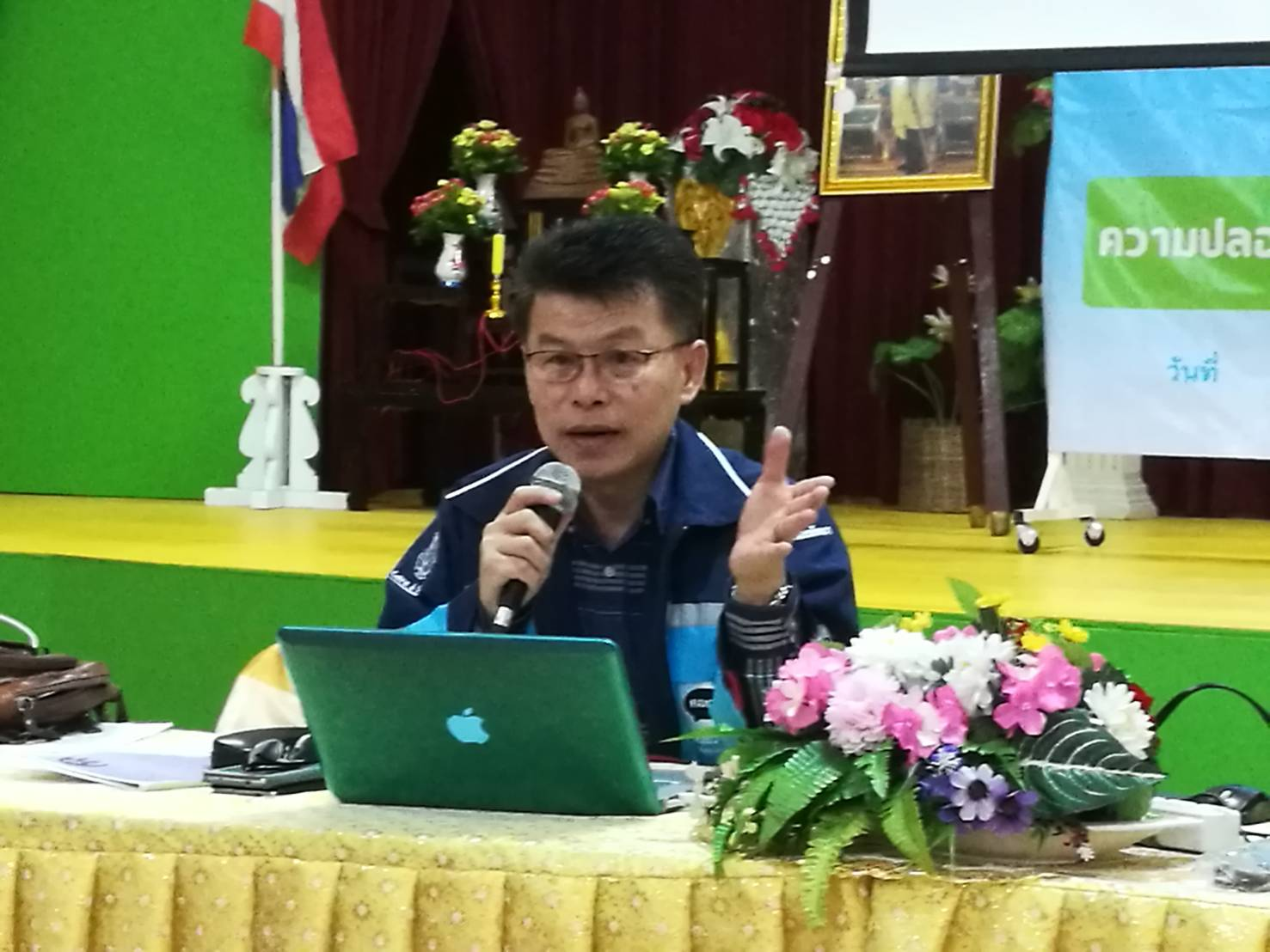 The city's complaint center executive Chaiwat Klisanalom chairs a meet-up at Pattaya School No. 6 where he provided knowledge and advice on how to solve problems in local communities.