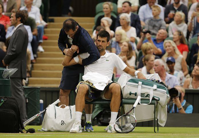 Roger Federer Breezes Past Mischa Zverev in Straight Sets