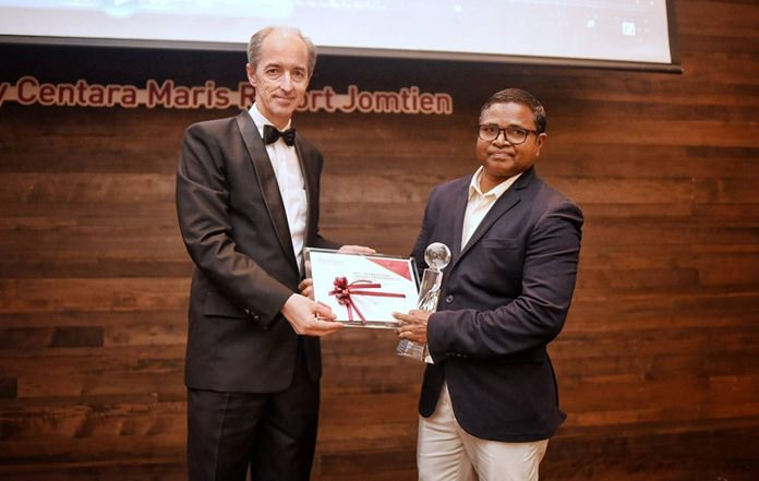 Abdulla Shukuree (right), Restaurant Captain at Centara Grand Island Resort & Spa Maldives receives the Best International Centara Representative Award from David Good (left), Vice President – Operations.