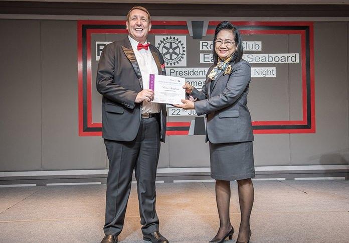 DGE Onanong Sirpornmanut presents PE Brian John Songhurst with a certificate.