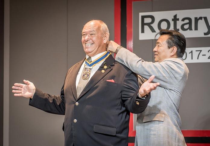 DG Eknarong Kongpan removes the president's chain from Charman's neck.