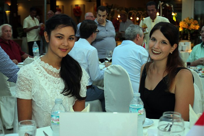 Hannah and Vanessa, two pretty HHNFT Volunteers from Germany and Austria.