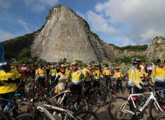 """More than 400 cyclists took part in a """"do good for Dad"""" event by planting flowers as they trekked around Khao Chee Chan."""