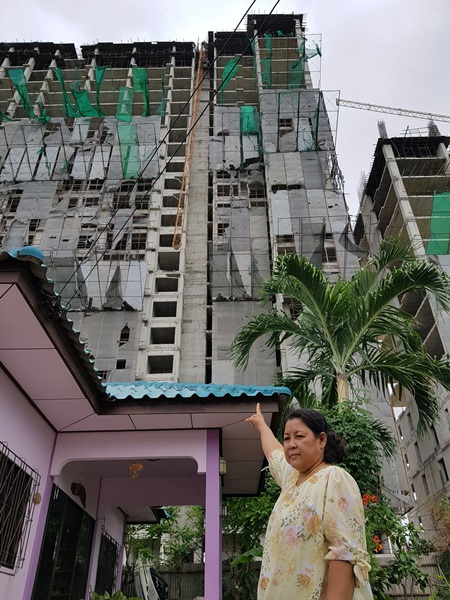 Officials ordered a halt to construction of the Savana Sands condominium project after a crane collapse during a thunder storm rained down debris on two neighboring homes.