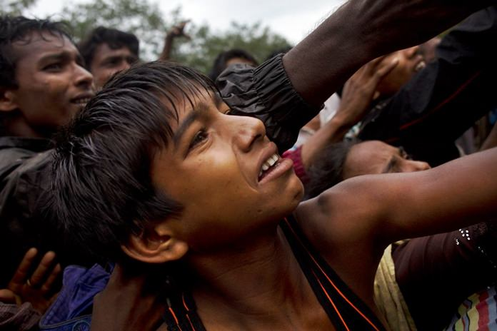 Rohingya scuffle to get clothes from local volunteers Kutupalong, Bangladesh, Friday, Sept. 8, 2017. (AP Photo/Bernat Armangue)