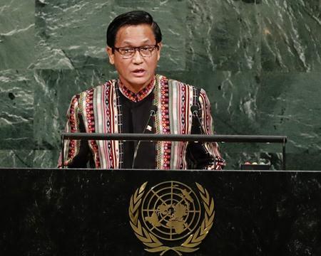 Rohingya crisis: Rakhine aid boat 'blocked by Myanmar mob'