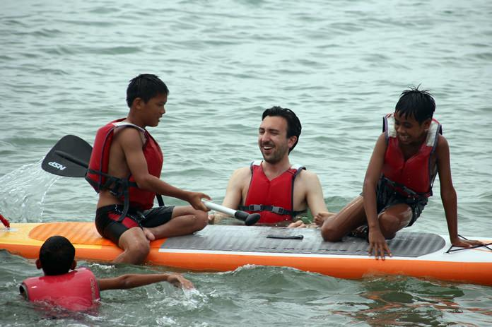 Florian Henn teaches canoeing to the children.
