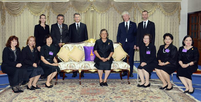 Group picture with HRH Princess Sirindhorn. (Standing from left) Dr. Christine Falken-Grosser, Axel Brauer, Ambassador Peter Prügel, Juergen Koppelin and Jan Scheer. (Sitting from left) Elfi Seitz, Jinthathai' 'Bo' Songkram, Prof. Dr. Ampha Otrakul, HRH Princess Sirindhorn, Prof. Khunying Sumonta Promboon, Prof. Santanee Phasuk, and Prof. Buarong Lewchalermwongse.