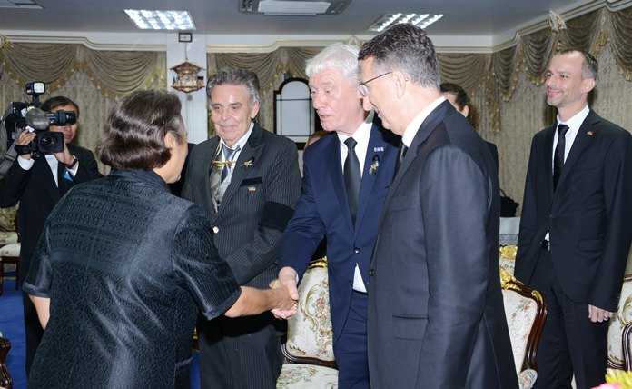 A hearty welcome by the Princess. (l-r) HRH Princess Sirindhorn, Axel Brauer, Jürgen Koppelin and Ambassador Peter Prügel.