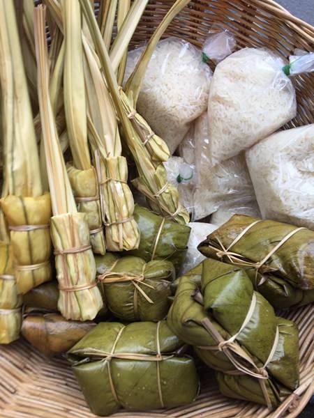 Residents prepared steamed goods for Tak Baht.