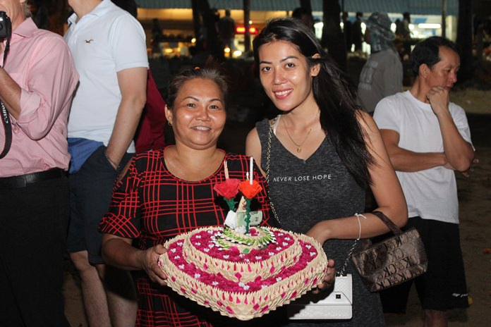 This beautiful daughter took her mother to Pattaya Beach to float her home-made heart-shaped krathong.