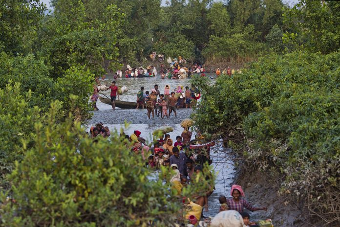 Groups of Rohingya Muslims cross the Naf River at the border between Myanmar and Bangladesh, near Palong Khali, Bangladesh, Wednesday, Nov. 1 2017. (AP Photo/Bernat Armangue)