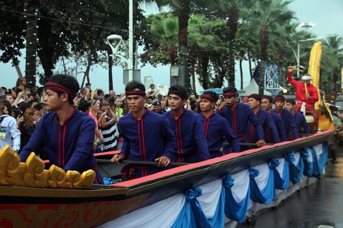 Long boats were featured in the parade too.