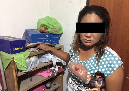 Sutthirak Toloy and one of her accomplices Sudarat Padjantuk (not shown) were arrested for allegedly stealing about 50,000 baht worth of various currencies from Russian guests in Wong Amat. A third accomplice, Natamon Yingkamhang from Nong Bua Lam Phu is on the run.
