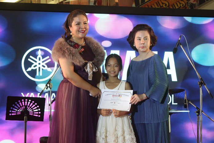 Darin Phanthusak, Director of Yamaha Music School Pattaya and DVK Star Talent Academy together with Lalita Wimonphan, GM of Royal Garden Plaza Pattaya present a certificate of appreciation to a lovely participant.