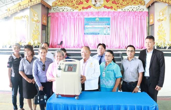 Generous benefactor Chen Buaeim donated 220,000 baht in cash and equipment to the Nongprue Dialysis Center to help reduce local incidence of kidney disease and diabetes.