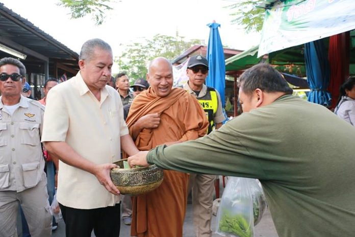 Luang Poh Longkot from Wat Prabat Nampuu, Lopburi joins with Nongprue officials in hosting a Todpa Pa charity event to raise funds for the Glory Hut Foundation.