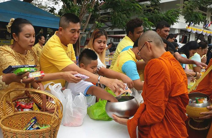 Residents turned up in droves to honor HM the late King Bhumibol Adulyadej with a Tak Baht ceremony at Banglamung Office on Father's Day.