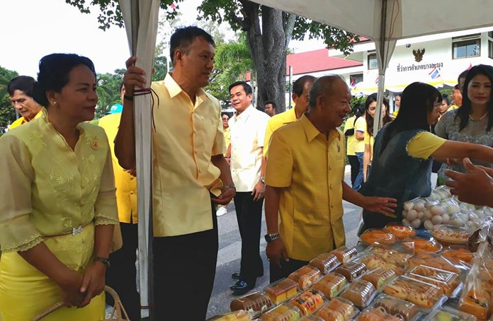 Dr. Mai Chaiyanit and Nongprue councilors take part in the Banglamung Tak Baht ceremony.