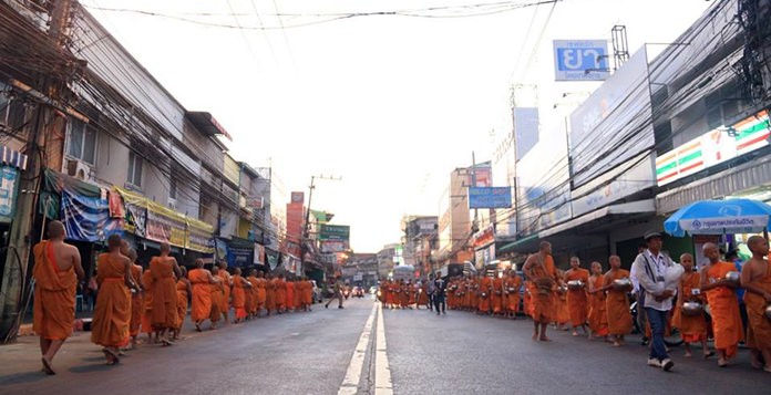 400 monks collect alms around Naklua.